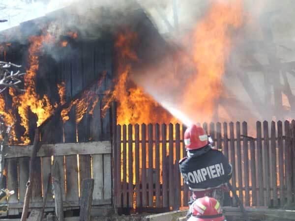 Tragedie la Bicazu Ardelean! A făcut infarct şi a murit când şi-a văzut casa în flăcări!
