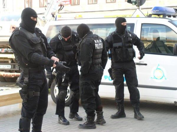 Trei tâlhari au fost săltați de polițiștii nemțeni