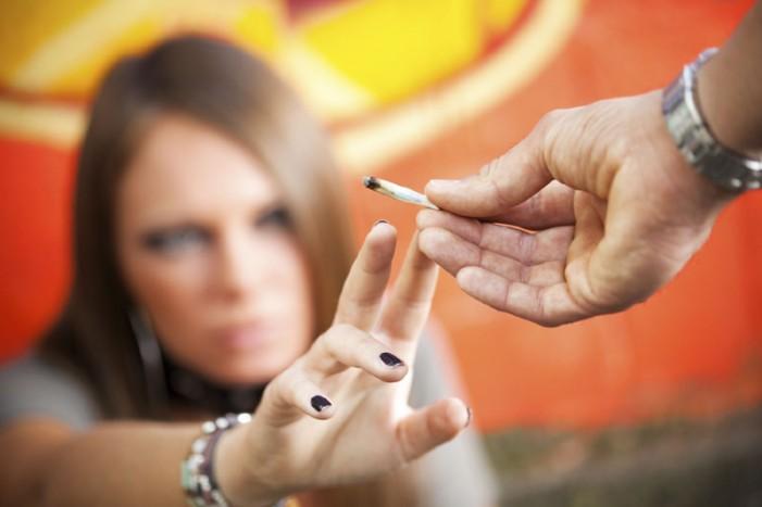 De ce recurg tinerii la droguri?