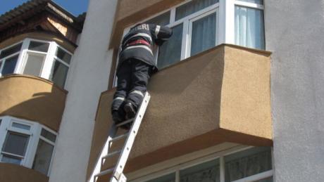 """""""Sechestrată"""" pe balcon de nepotul de … 2 ani!"""