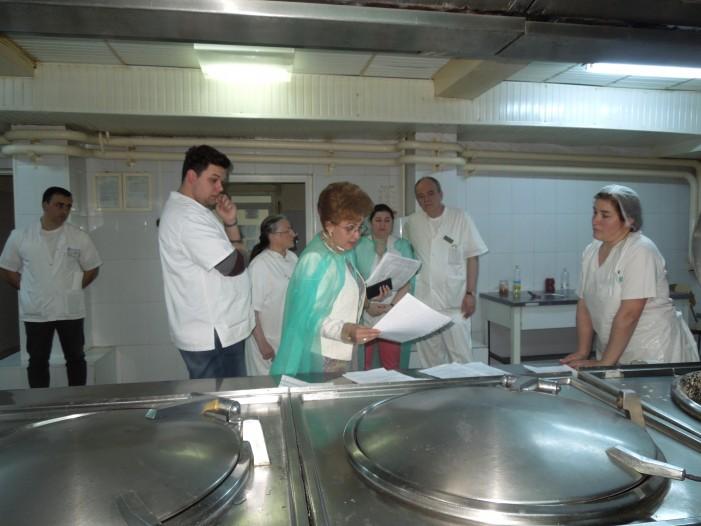 Emilia Arcan s-a băgat în bucătăria Spitalului Judeţean! Ce a găsit? Mizerie şi alimente lipsă!