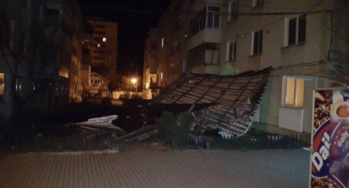 Un acoperiș de pe un bloc din Dărmănești a fost smult de vânt! Câte acoperișuri au fost făcute cu autorizație de construcție? Dar placări pe exterior?