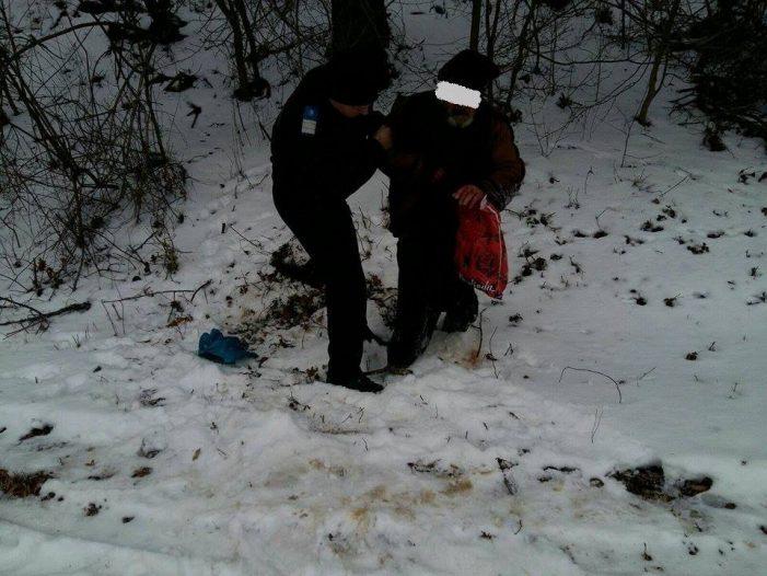 Un bătrân care zăcea inconștient de câteva ore în zăpadă a fost salvat de jandarmii nemțeni!