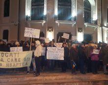 FOTO-GALERIE O mie de oameni protestează iar în centrul municipiului Piatra Neamţ! Primarul Dragoş Chitic a ieşit a doua seară consecutiv la protest!