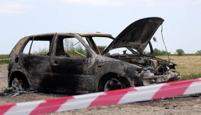 Doi nemțeni au furat o mașină și i-au dat foc după ce au rămas împotmoliți într-o mlaștină
