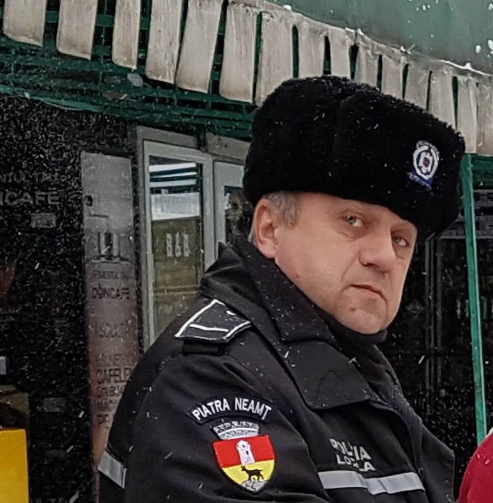 Un polițist local din Piatra Neamț a găsit pe jos un portofel cu 4.500 euro și 2.200 lei! Uite ce a făcut cu banii!
