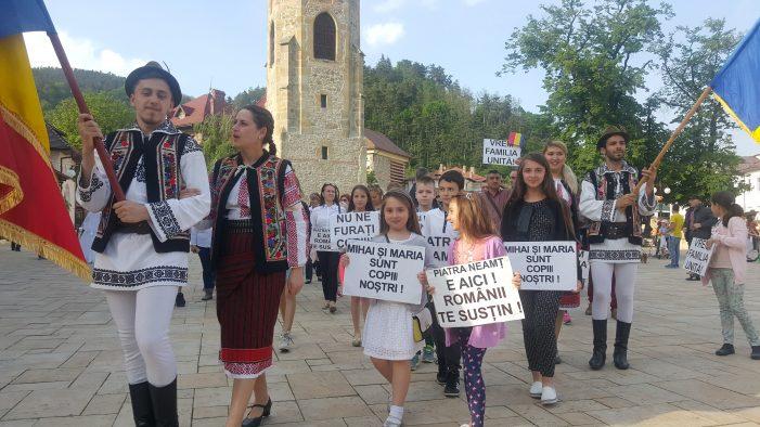 Marș al tăcerii pentru susținerea familiei doctoriței Smicală! Au venit și protopopul de Piatra Neamț și starețul Mănăstirii de la Petru-Vodă! (foto-galerie)