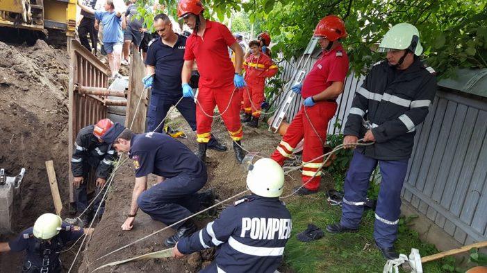 Pompierii încearcă de 3 ore să salveze un bărbat peste care a căzut un mal de pământ (video/foto)