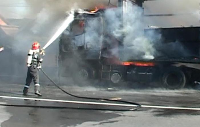 Un TIR cu 2 tone de alimente a ars la Țibucani