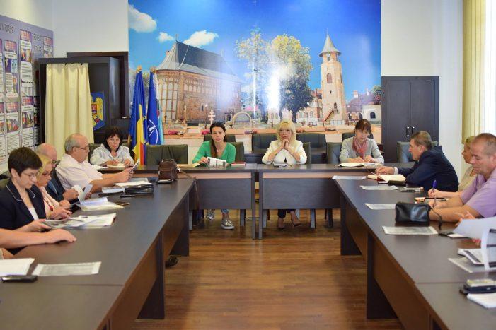 Viceprimarul Luminița Vîrlan și managerul TT-ului, Gianina Cărbunariu s-au întâlnit cu directorii școlilor din Piatra-Neamț
