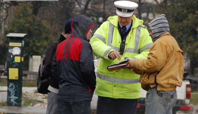 Aproape 400 de pietoni, sancționați în câteva zile de polițiștii din Neamț pentru că au traversat neregulamentar