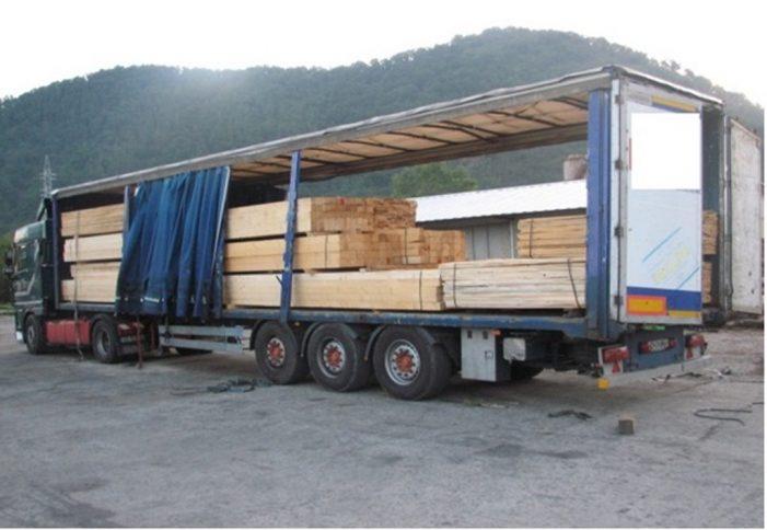 Un TIR încărcat cu cherestea fără acte a fost confiscat de polițiști la Țibucani