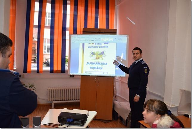 Jandarmii nemţeni, alături de elevi în cadrul unor acţiuni de prevenire în şcoli şi zona montană a Masivului Ceahlău