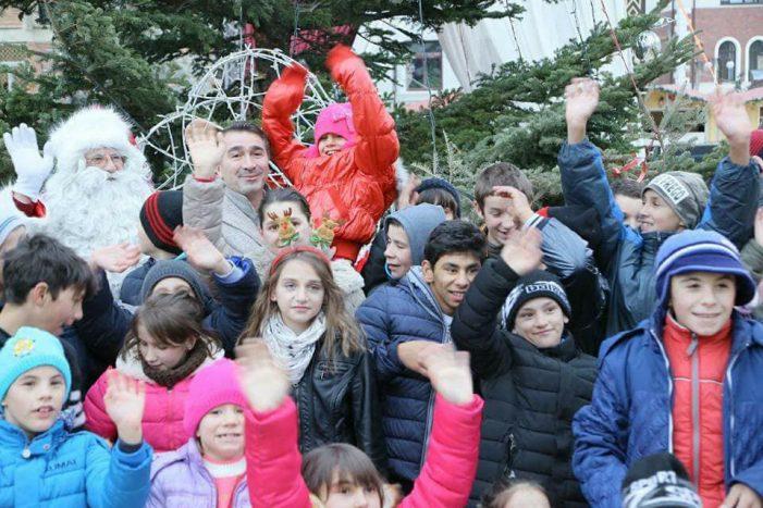 """Bradul de Crăciun a fost împodobit de copiii Centrului pentru Educație Incluzivă """"Alexandru Roșca"""" din Piatra-Neamț"""