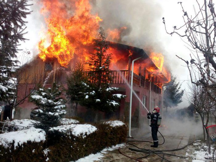 ALERTĂ Casă în flăcări la Săvinești